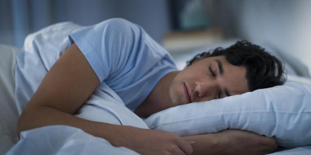 ماذا يحدث للجسم عند النوم على الجانب الأيسر؟