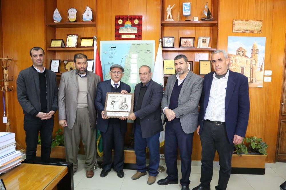 وزارة الأسرى تبحث مع رئيس بلدية غزة سبل التعاون المشترك لخدمة الأسرى