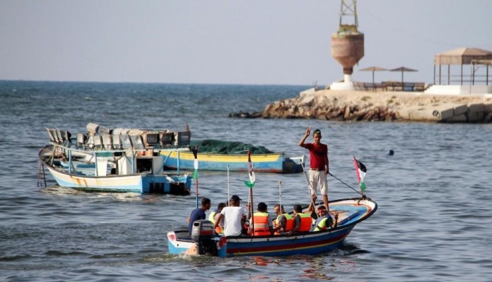صيادون فلسطينيون خلال عملهم في بحر غزة