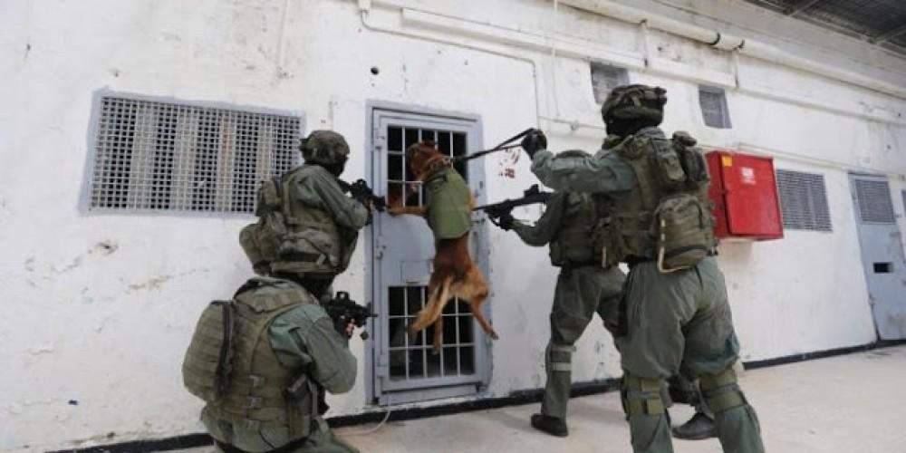 وزارة الأٍسرى تحذر من استمرار  عمليات القمع داخل السجون والاعتداء على الأٍسرى