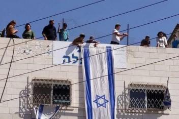 مستوطنون يقتحمون بيت عائلة أبو رجب ويتحصنون بداخله