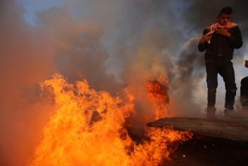 """شبان يحرقون """"دشمة"""" لقناصة الاحتلال شرق المغازي"""