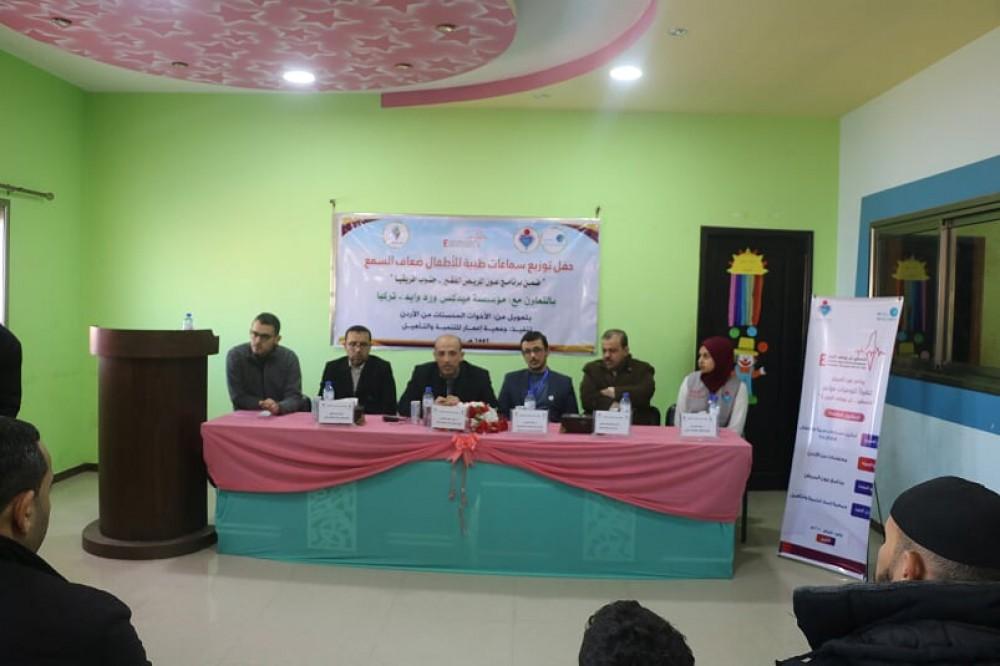 جمعية إعمار للتنمية توزع سماعات طبية علي أطفال بخان يونس