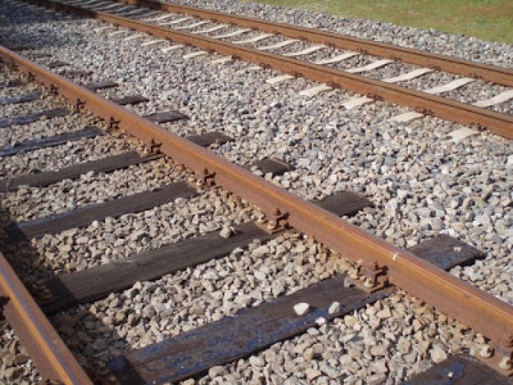 لماذا تتكون مسارات القطارات من حجر وحصى صغيرة؟