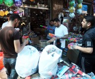 رغم الحصار والعقوبات، غزة تتجمّل أسواقها مع حلول عيد الفطر.. تصوير | مدحت حجاج