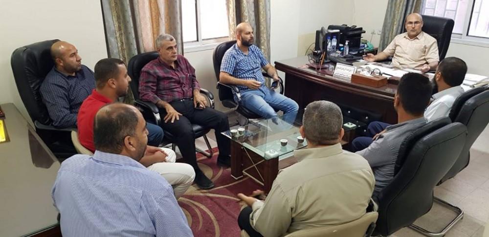 العمل تعقد اجتماعًا مع أعضاء جمعية