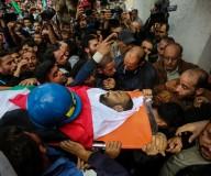 صور: من تشييع جثمان الصحفي الشهيد أحمد أبو حسين الذي ارتقى متأثراً بإصابته برصاص الاحتلال شرق جباليا شمال قطاع غزة.  تصوير: عطية درويش