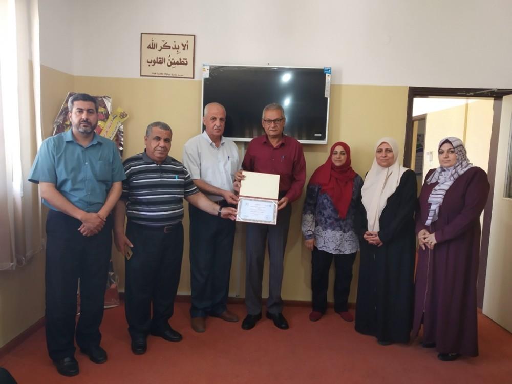 تعليم شمال غزة تكرّم مشرف برنامج التأهيل في مركز النور