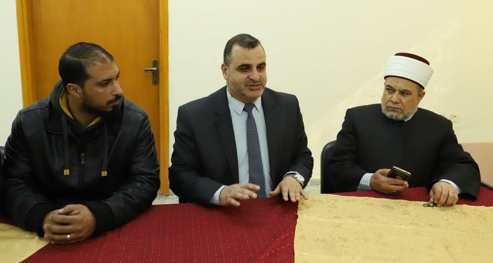 بلدية خان يونس تعقد اجتماعًا مع أصحاب البسطات