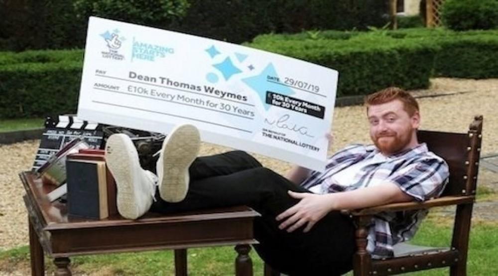 يترك عمله بفضل جائزة شهرية مقدارها 10000 جنيه استرليني