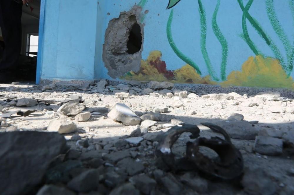 جانب من آثار قصف المدرسة