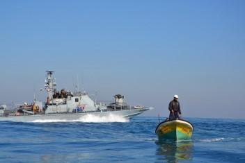 الاحتلال يصيب صياد برصاصة مطاطية ببحر شمال القطاع