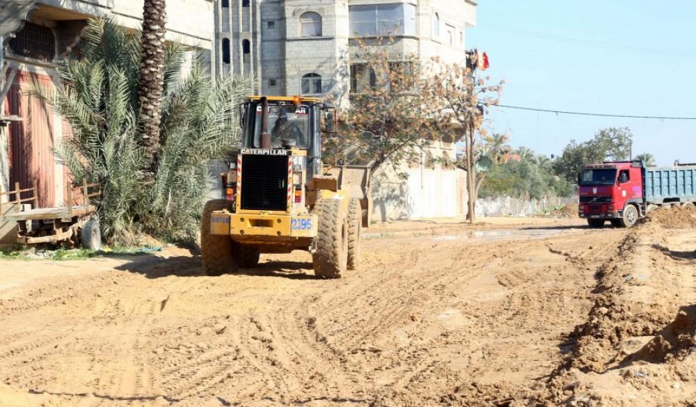 بلدية خان يونس تشرع بترميم الشوارع المتضررة من مياه الأمطار