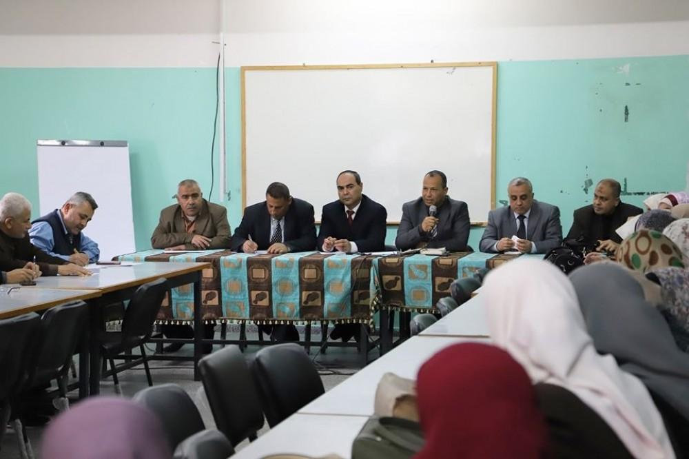 تعليم غرب غزة يجتمع بمدراء المدارس ويناقش قضايا تربوية