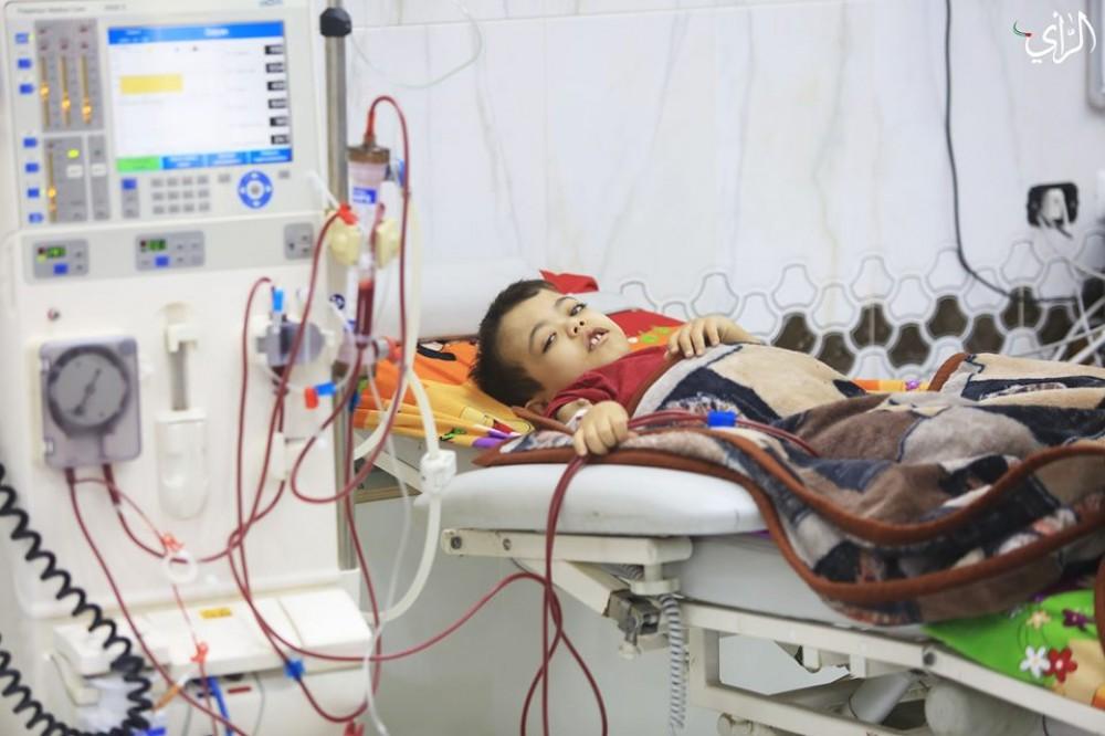 طفل مريض يرقد بمستشفى الرنتيسي التخصصي