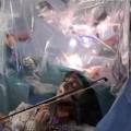 مريضة تعزف على الكمان أثناء إجراء عملية استئصال ورم بالمخ