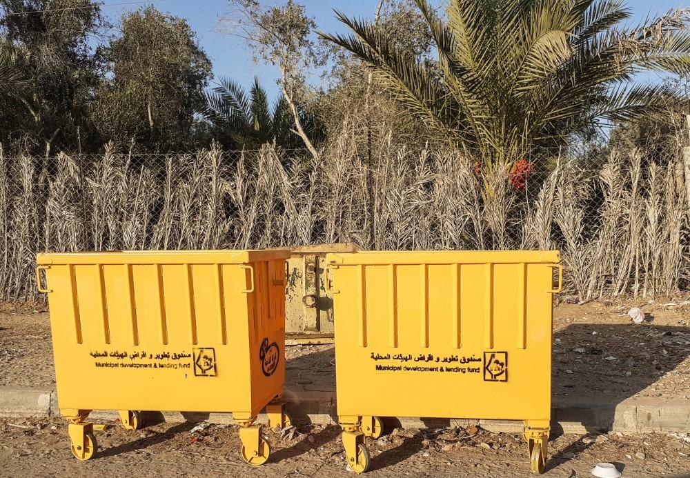 بلدية خان يونس تتسلم 145 حاوية جديدة لتعزيز قطاع الصحة والبيئة