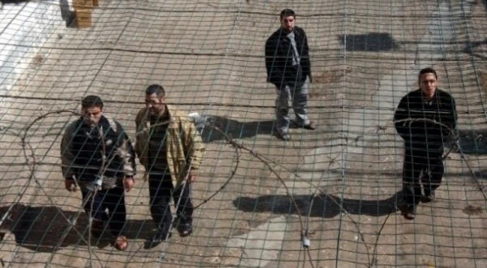 أسرى داخل أحد سجون الاحتلال