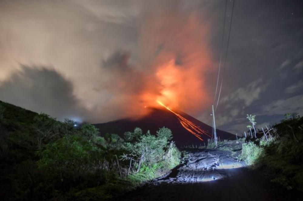 بركان إندونيسي ينفث رمادا إلى ارتفاع 6 كيلومترات