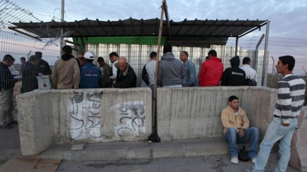 عمال بانتظار الدخول للعمل داخل أراضينا المحتلة