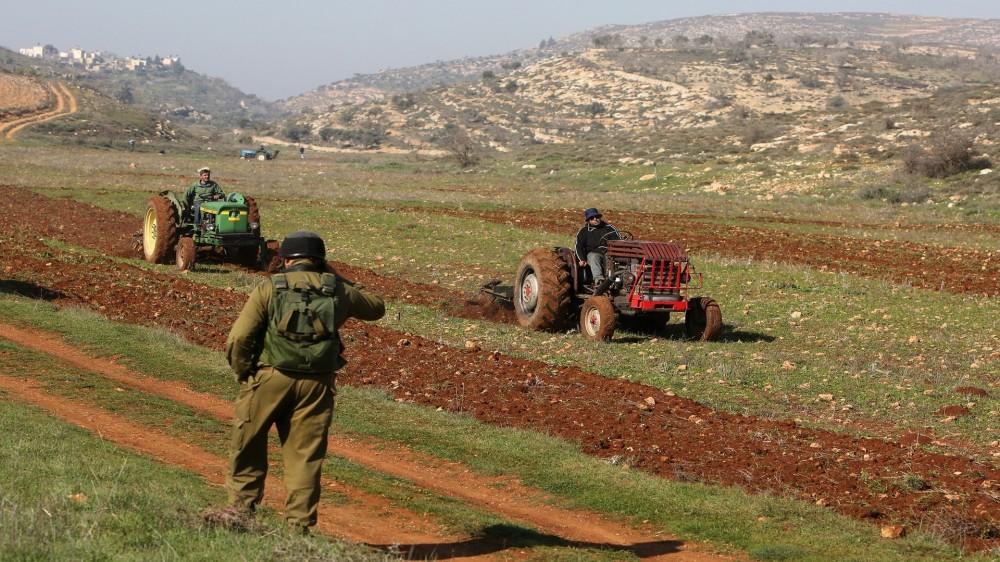 الاحتلال يستولي على ارض زراعية