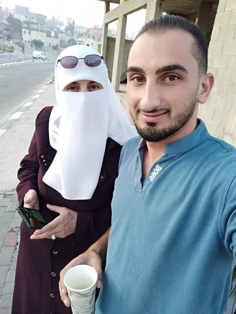 أم نضال فتاش مع ابنها المعتقل إدارياً من قبل أجهزة السلطة في رام الله