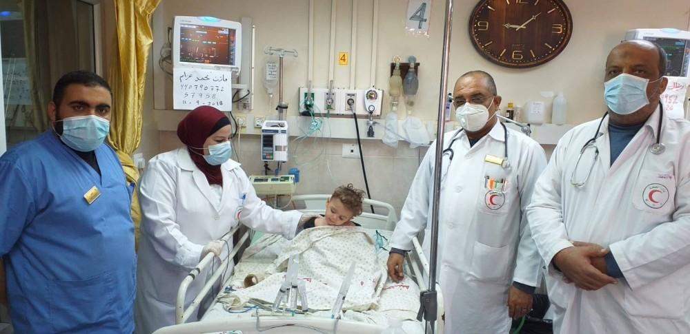 مستشفى الدرة ينقذ طفلاً تعرض للاختناق بملابسه