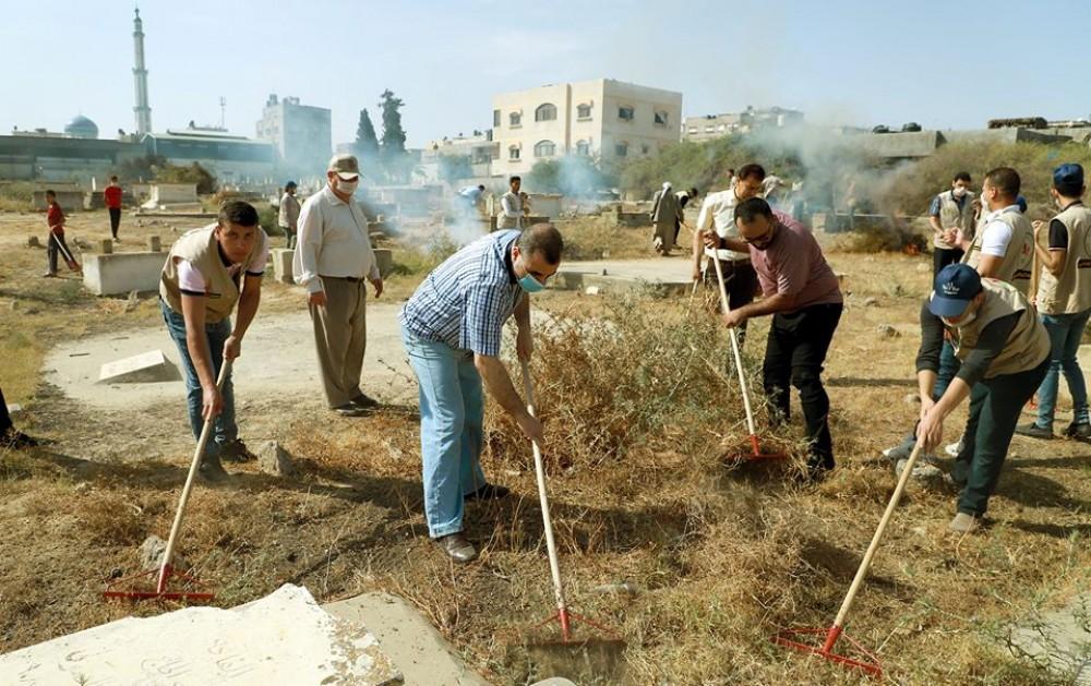 بلدية خانيونس : تنفيذ حملة تنظيف المقبرة القديمة وسط خان يونس