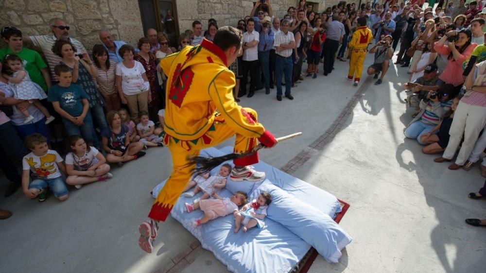 تعرف على احتفالات أسبانيا بأطفال حديثي الولادة