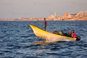 الاحتلال يعيد مساحة الصيد لـ 6 أميال بغزة ويعتقل صياديْن