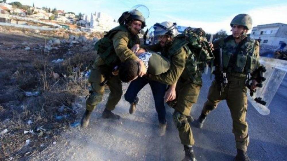 قوات الاحتلال تعتدي على مواطن - أرشيف