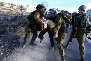 جنود الاحتلال ينكلون بمواطن من سيريس على حاجز زعترة