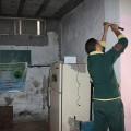 عامل يضع لعائلة فقيرة مصابيح انارة ضمن مشروع الإنارة الآمنة