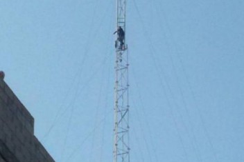الشرطة تقنع شاباً بعدم الانتحار بعد صعوده برج إرسال بغزة