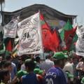 طلاب من الكتلة الاسلامية يرفعون شعارات