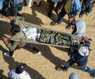 جماهير غفيرة تشيع جثامين شهداء عائلة السواركة بدير البلح/تصوير: عطية درويش