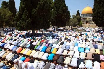 300 من غزة  يتوجهون للصلاة في الأقصى