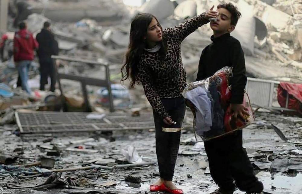 طفلان عقب قصف الاحتلال منزلهما في غزة مؤخراً