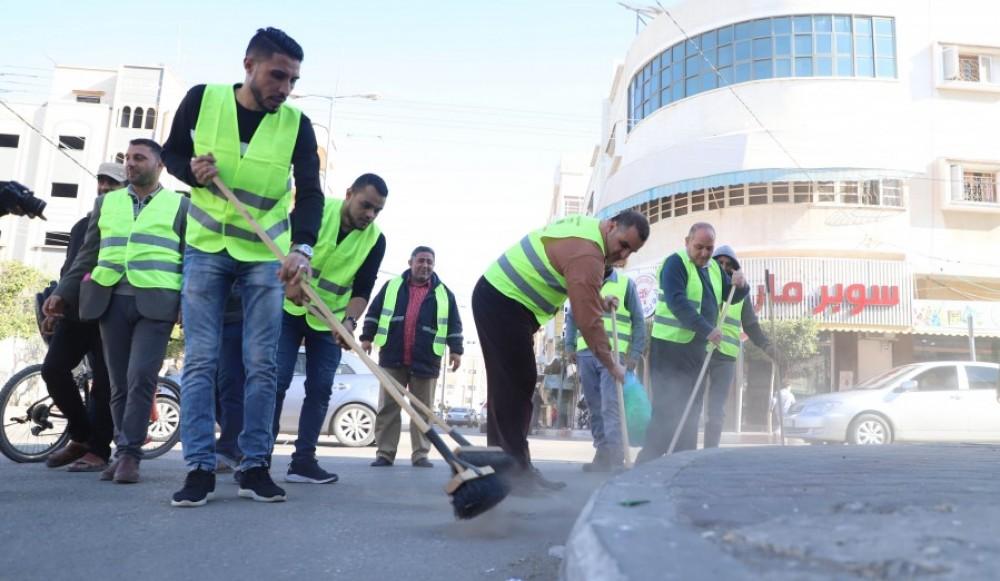 بلدية خان يونس تنفيذ حملة للنظافة والتشجير في اليوم العالمي للتطوع