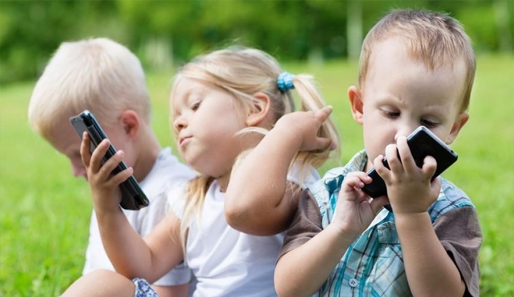 ماذا يحدث لطفلك بعد استخدام الهاتف المحمول لدقيقتين؟