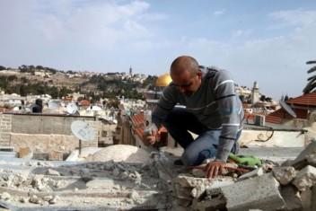 الاحتلال يجبر مواطنا مقدسيا على هدم منزله