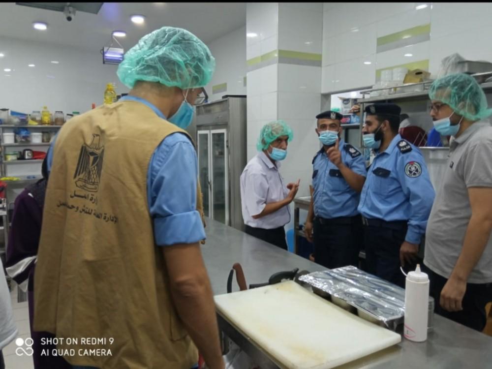 وزارة العمل تنفذ زيارات تفتيشية لعدة مطاعم في خان يونس