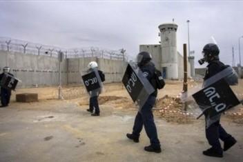 إعلام الأسرى: وحدات القمع تحتشد بمحيط سجن النقب