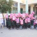 طلاب يستلمون حقائبهم الموزعة من جمعية رواد