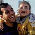 الشهيد-الصحفي-ياسر-مرتجى-ومعه-الطفلة-بيسان