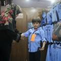 طالب يرتدي زي مدرسي
