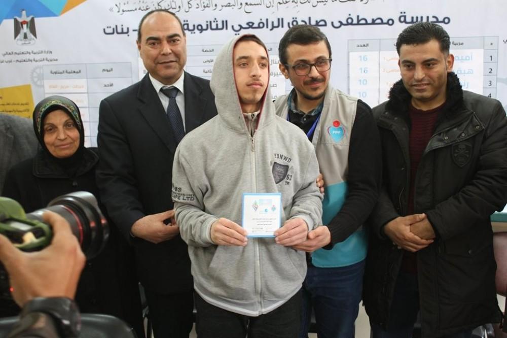 مديرية تعليم غرب غزة توزع سماعات طبية على عدد من الطلبة