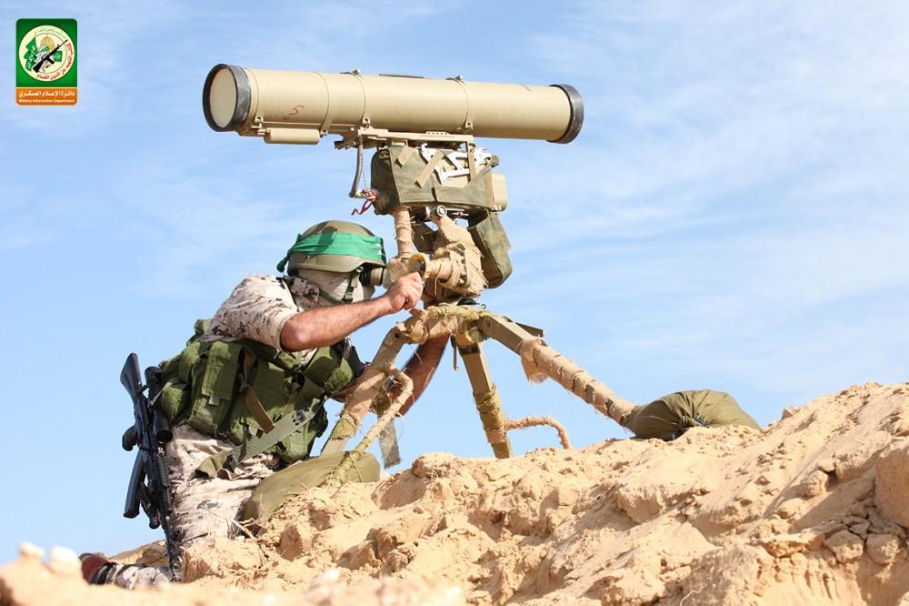 مقاتل من كتائب القسام مع سلاح مضادر للمدرعات