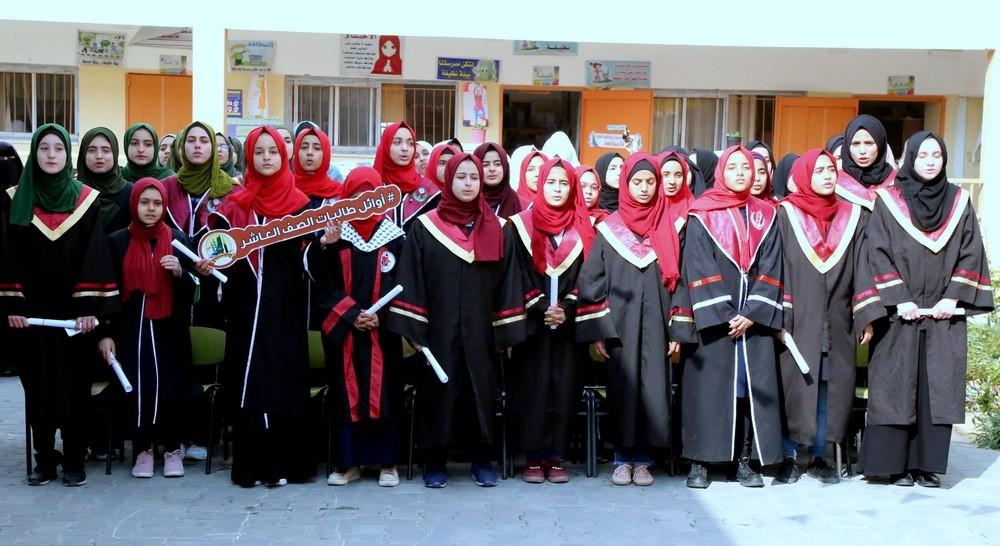 مدير تعليم خان يونس يكرم المتفوقات بمدرسة عبد القادر الحسيني للبنات