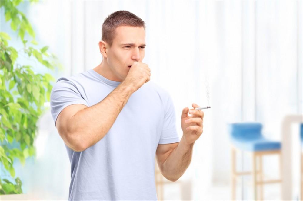 ماذا تعرف عن سعال المدخن.. أعراضه وطرق علاجه